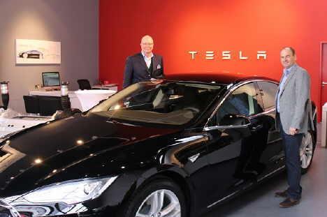Bildunterschrift: Claas-Erik Johannsen (l.) und Johannes Welker, vom Romantik Hotel Benen-Diken-Hof, übernahmen gerade einen Tesla für den Fuhrpark des Hauses auf Sylt