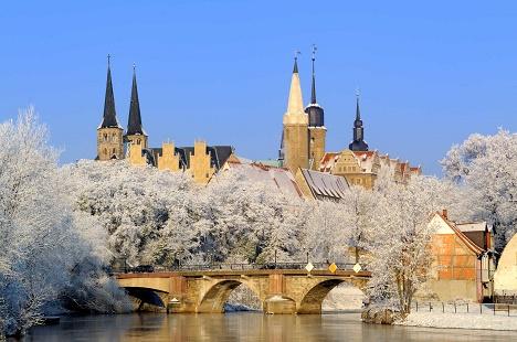 Das Dom-Schloss-Ensemble in Merseburg im Winter.