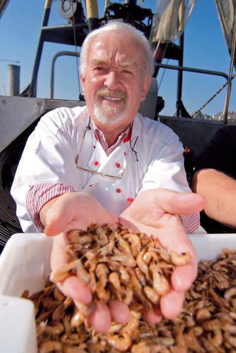 Mit Nordseegarnelen weiß Jürgen Gosch umzugehen - schließlich war er einmal Weltmeister im Krabbenpulen     Foto: Henrik Matzen