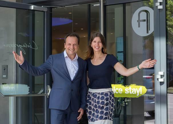Bildunterschrift: ARCOTEL Hotels Vorstand Martin Lachout und ARCOTEL Donauzentrum Hotel Managerin Jenny Krumme öffnen heute erstmalig die Türen des neuen ARCOTEL Donauzentrum