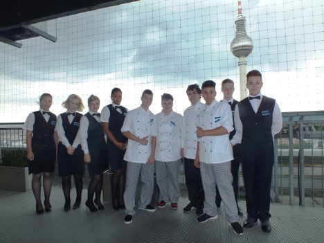 Die zehn Berufsanfänger auf der Dachterrasse des Park Inn by Radisson Berlin Alexanderplatz. (Bildquelle: Park Inn by Radisson Berlin Alexanderplatz)