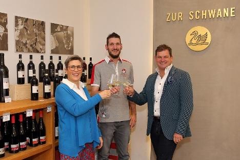 Sternekoch Steffen Szabo, Eva und Ralph Düker (r.) freuen sich auf die Zusammenarbeit im Romantik Hotel und Prädikatsweingut