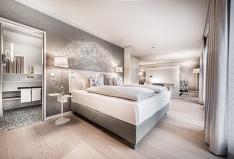Im Rahmen des Umbaus wurden neben 131 Zimmern und Suiten auch das Restaurant, die Lobby & Bar sowie der Spa-Bereich kernsaniert und individuell gestaltet.