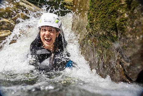 Foto: Alpsee-Grünten Tourismus GmbH/Moritz SonntagEin Gesichtsausdruck, der für sich spricht: Eine Canyoning-Tour durch die Allgäuer Starzlachklamm ist ein atemberaubendes Naturerlebnis. Geführte Touren fördern zudem das Bewusstsein für die intakte Natur.