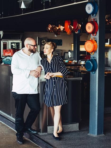 Inhaber Sophie Lehmann und Thomas Imbusch des nachhaltigen Sternerestaurant 100/200 kitchen an den Hambuger Elbbrücken freuen sich, endlich wieder Gäste zu begrüßen